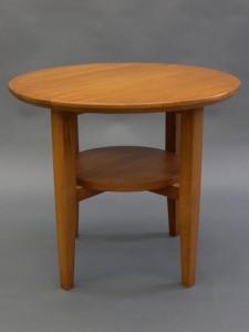 teakfärgat bord