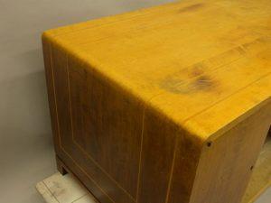 Solblekt möbel, fläck på träskiva