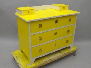 Reparera möbler och måla om.